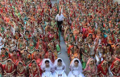 CEREMONI MASIVE/ Qindra femra jetime martohen në të njëjtën ditë (FOTO)