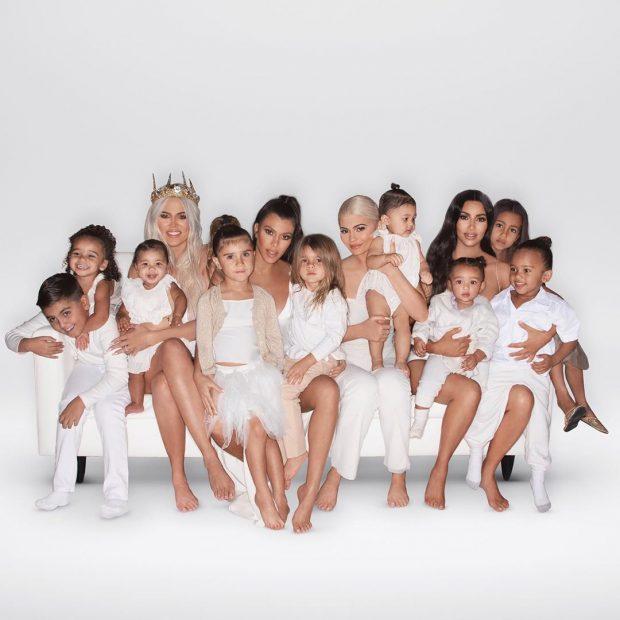 NGA VESHJET SEKSI TEK RRËSHQITJET ME SLITË/ Ja si i festojnë familja Kardashian Krishtlindjet (FOTO)