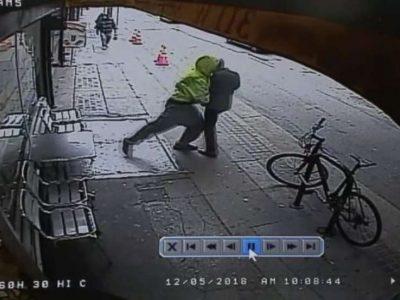 PO KALONTE I QETË NË TROTUAR/ Kalimtari shtyn burrin drejt kamionit, ja çfarë ndodhi (VIDEO)