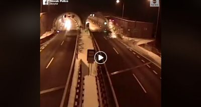 """""""AKSIDENTI I TMERRSHËM""""/ Makina has në barrierë dhe fluturon disa metra lart (VIDEO)"""