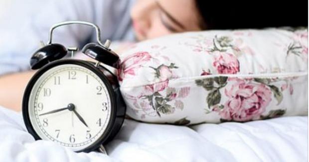 MOS E NEGLIZHONI/ Të flesh më shumë se 8 orë gjumë në ditë rrit rrezikun e sëmundjeve të zemrës