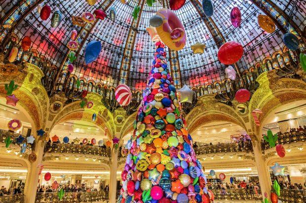 """""""PËRTEJ IMAGJINATËS""""/ Këto janë qytetet me pemët më fantastike të Krishtlindjeve"""
