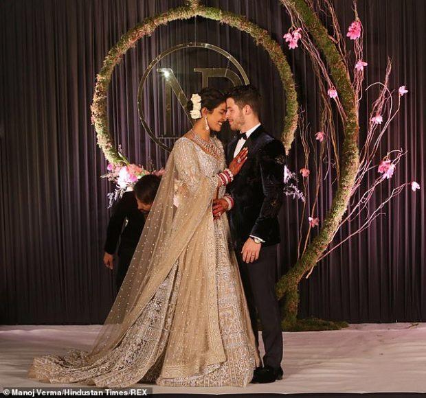 NUK KA MBARUAR AKOMA/ Priyanka dhe Nick sapo u shfaqën në ceremoninë e dytë të dasmës (FOTO)