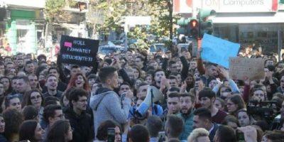 PO TI PO VJEN? Moderatorja e njohur del në protestë me studentët (FOTO)