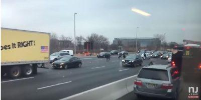 """""""SHI DOLLARËSH""""/ """"Çmenden"""" njerëzit në autostradë, vërsulen për të marrë paratë (VIDEO)"""