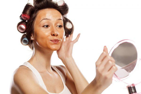 """MOS I BËNI/ 3 gabimet më të zakonshme të """"make up-it"""" që u bëjnë të dukeni më të mëdha në moshë"""