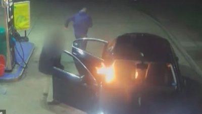 I KËRKUAN TË NDALONTE NË KARBURANT/ Dy pasagjerët i vunë flakën makinës së taksistit (VIDEO)