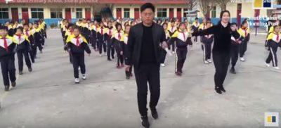 JO MË EDUKIM FIZIK/ Drejtori i shkollës thyen rregullat, kërcen me nxënësit (VIDEO)