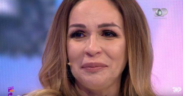 BËHET NËNË PËR HERË TË KATËRT/ Moderatorja shqiptare përlotet në emision (VIDEO)