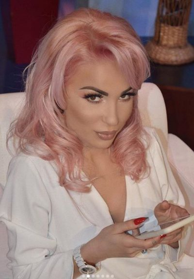 NUK E PRISNIM! Roza Lati i fut duart të ftuarës live në emision (VIDEO)