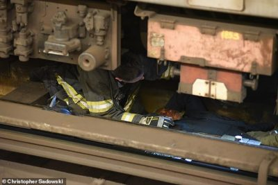 E TRISHTË/ Për të marrë një qese me ushqim, i pastrehu përfundon në shinat e trenit (FOTO)