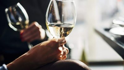 PAMJE SHQETËSUESE/ Ja çfarë i bën zemrës tuaj konsumimi i vetëm 2 gotave verë përgjatë ditës