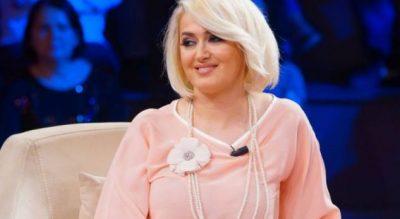 """""""JAM NDJERË E DHUNUAR""""/ Këngëtarja shqiptare rrëfen përse nuk është martuar"""