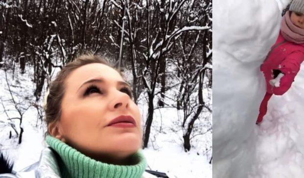KOPJA E MAMIT/ Rudina Magjistari dhe e bija shijojn rënien e dëborës (FOTO)