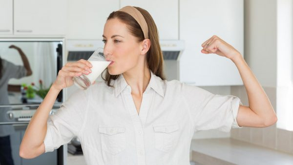 MËNGJES APO NË MBRËMJE/ Cila është koha më e mirë për të pirë qumësht