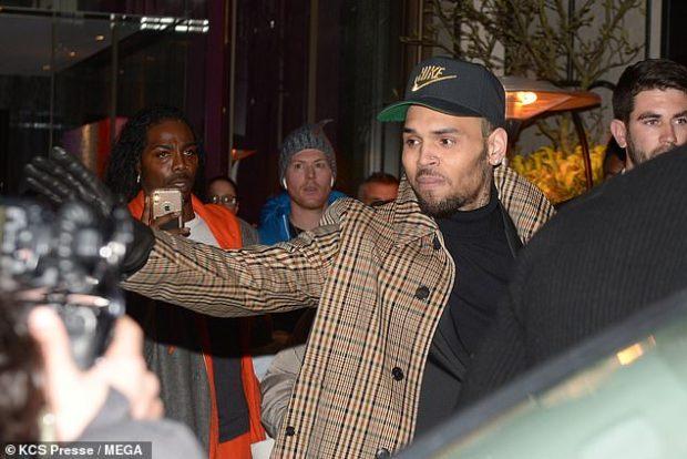 PASI U AKUZUA SE PËRDHUNOI NJË VAJZË/ Chris Brown shfaqet në publik dhe ja si reagoi me fansat (FOTO)
