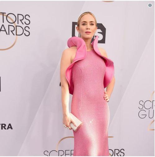 """FITOI DY ÇMIME PËR ROLET E SAJ/ Aktorja e njohur tërheq vëmendjen prej fustanit """"Vaginë"""" (FOTO)"""