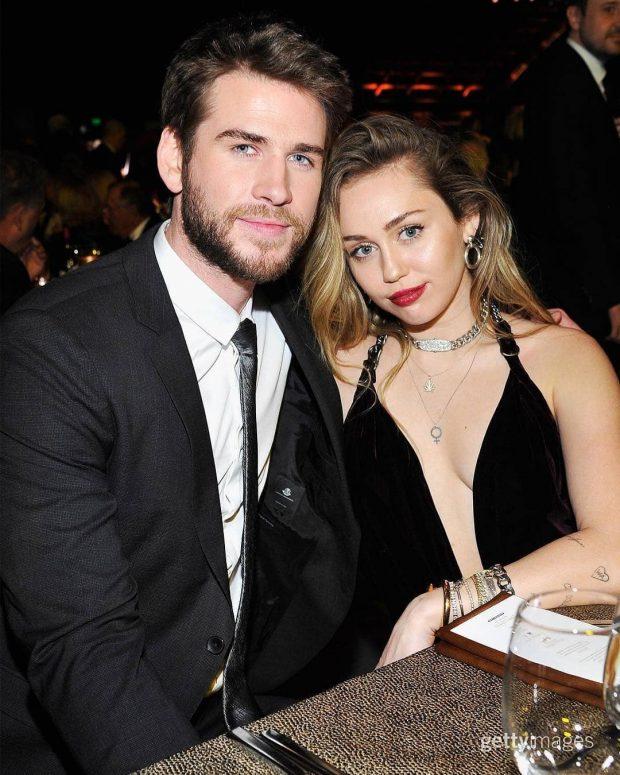 """EMOCIONUESE/ Liam Hemsworth e quan për herë të parë """"grua"""" në publik dhe reagimi i Miley Cyrus është epik"""