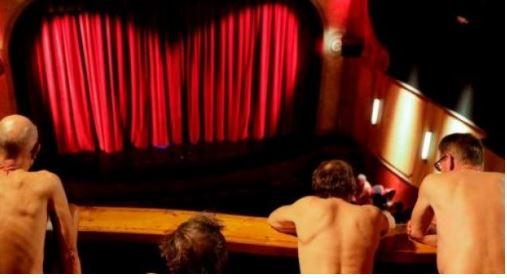 E PAZAKONTË/ Aktorët dhe publiku shfaqen nudo në teatër (FOTO)