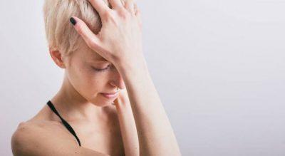 NGA UJË TEK TERAPIA/ 4 mënyra si të shpëtoni nga dhimbja e tmerrshme e kokës kudo ku ndodheni