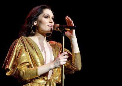 PASI HOQI DORË NGA RRJETET SOCIALE/ Këngëtarja e njohur shfaqet për herë të parë në publik