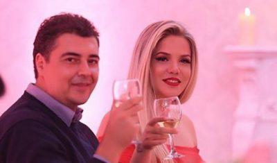 PASI BASHKËSHORTI I DOLI NGA BURGU/ Rezarta Shkurta mbulohet me shami (VIDEO)