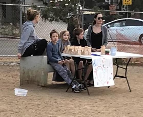 NUK PO NA BËJNË SYTË/ Angelina Jolie po shet së bashku me fëmijët në një tezgë në park