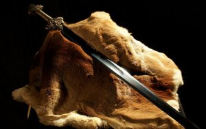 MUND TË DATOJË NË SHEKUJT…/ Vajza 8 vjeçare nxjerr nga liqeni një shpatë 1000-vjeçare