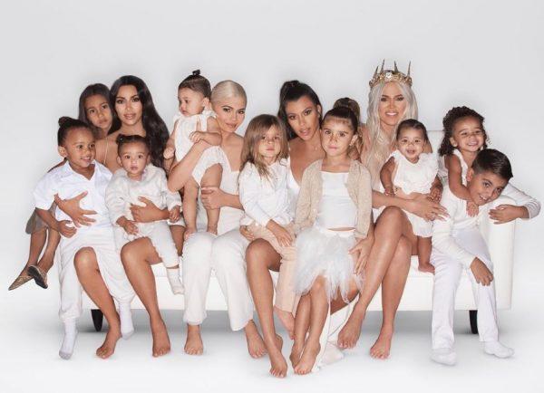 """EDHE PSE TË VOGLA NË MOSHË/ Vogëlushet e familjes Kardashian-Jenner kanë nga një çantë """"Louis Vuitton"""""""
