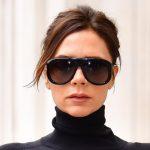 """PANTALLONA LËKURE DHE KËPUCË TË BARDHA/ Kombinimi i Victoria Beckham tingëllon i çuditshëm por është një """"mishërim stili"""""""