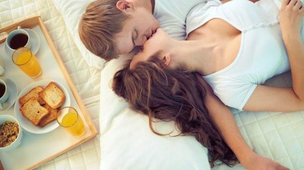 """HEDH POSHTË """"MITET""""/ Nëntë arsye për më shumë seks në mëngjes"""