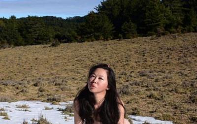 """HUMB JETËN """"ALPINISTJA ME BIKINI""""/ Ra nga shkëmbi dhe ngriu së ftohti (FOTO)"""