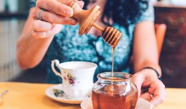 I PASUR NË MINERALE/ Ja pse duhet ta filloni mëngjesin me një lugë mjaltë