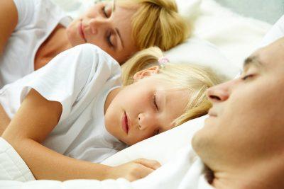 Pse të flesh në një shtrat me fëmijën është gjëja më e gabuar?