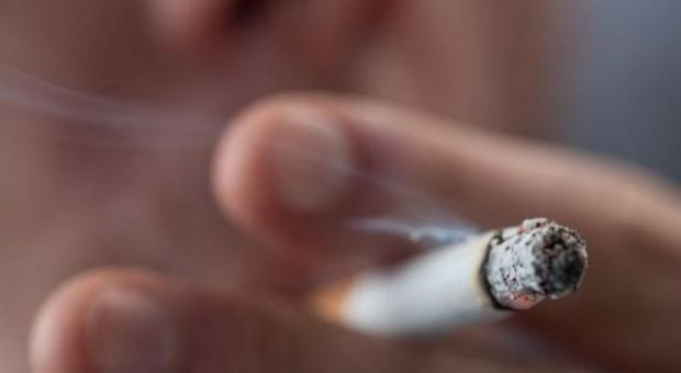 DËMTUESE E SHËNDETIT/ Ja çfarë duhet të pini për të lënë cigaren