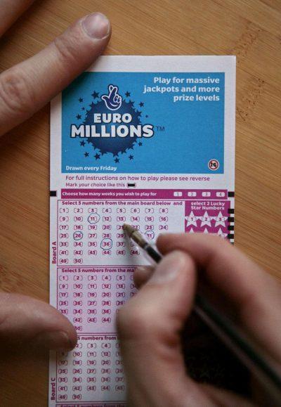 """I BIE """"JACKPOTI"""" I VITIT TË RI/ Britaniku fiton 127 milionë euro (FOTO)"""