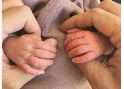 """""""JEMI BËRË PRINDËR""""/ Këngëtari i njohur gay bëhet baba për herë të tretë (FOTO)"""