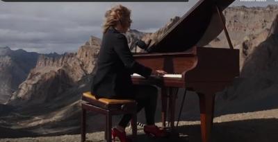 KRYEVEPRA E SHOPEN LUHET NË HIMALAJË/ Pianistja hyn në Guinness, luan për 90 minuta në majën e botës (VIDEO)