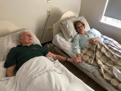 TË MARTUAR PREJ 70 VITESH/ Çifti i moshuar ndërron jetë duke mbajtuar duart e njëri-tjetrit
