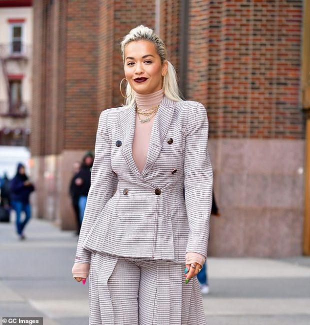 ASHTU SI ÇDO FEMËR/ Rita Ora sapo bëri këtë veprim për të shmangur ish-të dashurit (FOTO)