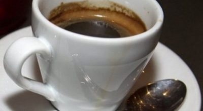 STUDIMI I FRIKSHËM/ Kujdes nga njerëzit që e pijnë kafen kështu…