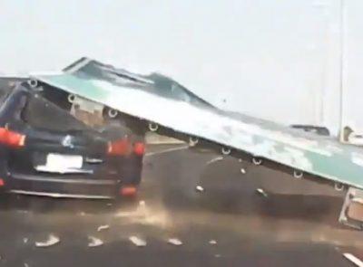 PAMJE DRAMATIKE/ Gruaja i shpëton vdekjes teksa një tabelë gjigande bie mbi makinën e saj (VIDEO)