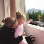 """""""PËRQAFIMET E MËNGJESIT""""/ Miriam Cani publikon foto me vajzën e do t'ju """"velë"""" nga ëmbëlsia"""