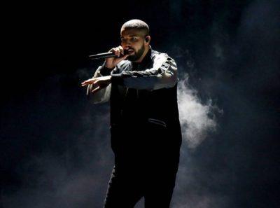 """""""NUK MUND TË KËNAQESH ME GJOKSIN E SAJ""""/ Drake puth në buzë një të mitur, i fansat kthehen kundër"""