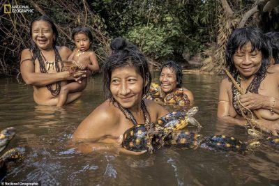 GJUAJNË AKOMA ME SHIGJETA/ Ja si jeton fisi më i rrezikuar në botë (FOTO)