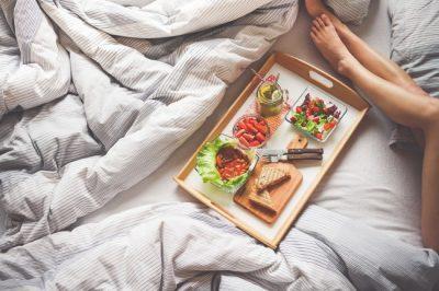 NGA ALKOLI TEK KAFJA/ 12 zakonet e gabuara gjatë natës, që na bëjnë të shtojmë peshë
