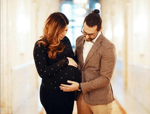 VJEN NË JETË OLIVIA/ Këngëtari shqiptar bëhet baba për herë të parë (FOTO)