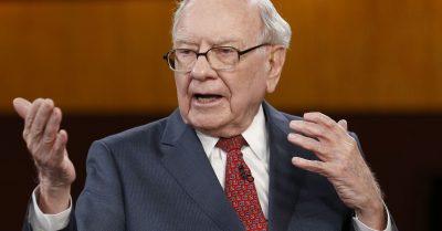 """""""MUND TË LEXONI 200 LIBRA SA RRINI NË INTERNET""""/ Warren Buffett tregon sekretin e suksesit të tij"""