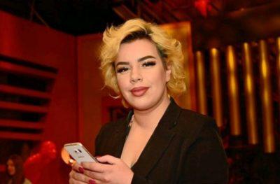U KRITIKUA PËR VESHJEN NË FESTIVAL/ Këngëtarja shqiptare revoltohet ndaj mediave: Ma shkatërruat këngën