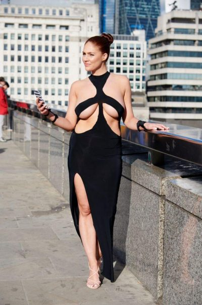 PAMJET PO BËJNË XHIRON E RRJETIT/ Kjo vajzë doli e veshur me këtë fustan për një arsye të veçantë (FOTO)